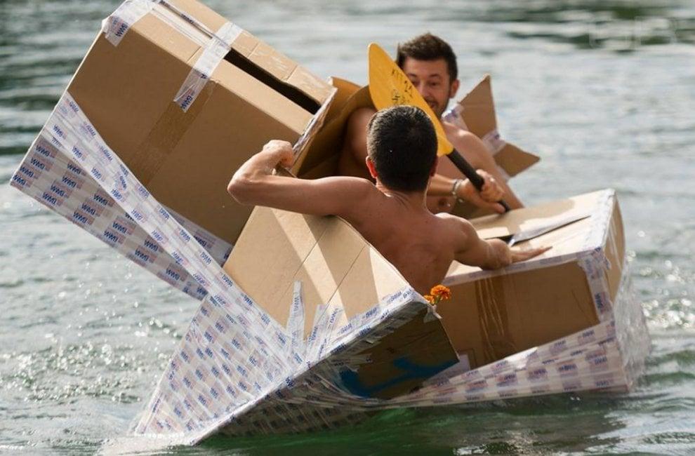 Milano, cartone e nastro adesivo: tutte le follie della &quo