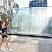 Apple apre in centro a Milano, svelata la fontana di cristallo: le prime immagini del nuovo store