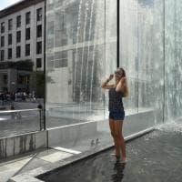 L'Apple Store di Milano, la cascata di cristallo è irresistibile: tutti a mollo nella fontana