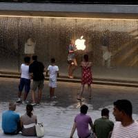 Prove di movida sotto la grande Mela, ai milanesi piace l'Apple store by night