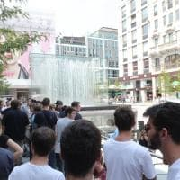 Sveglia all'alba per l'inaugurazione dell'Apple store: i fanatici della Mela in coda a...