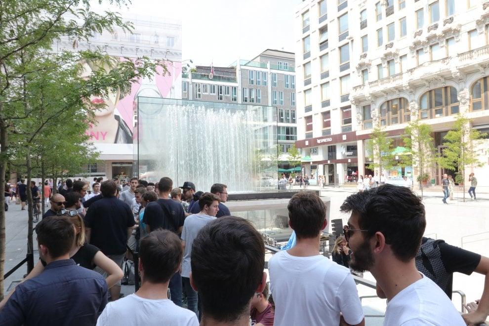 Sveglia all'alba per l'inaugurazione dell'Apple store: i fanatici della Mela in coda a Milano