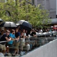 Apple store, metal detector e ragazzi in fila dalla notte: piazza Liberty blindata per l'inaugurazione