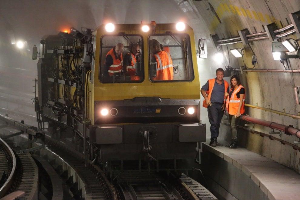 Milano, viaggio nel tunnel del metrò di notte per pulire la linea