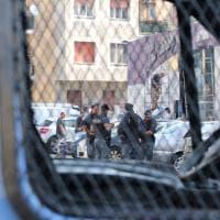Milano, la polizia al centro sociale Lambretta: le operazioni di sgombero