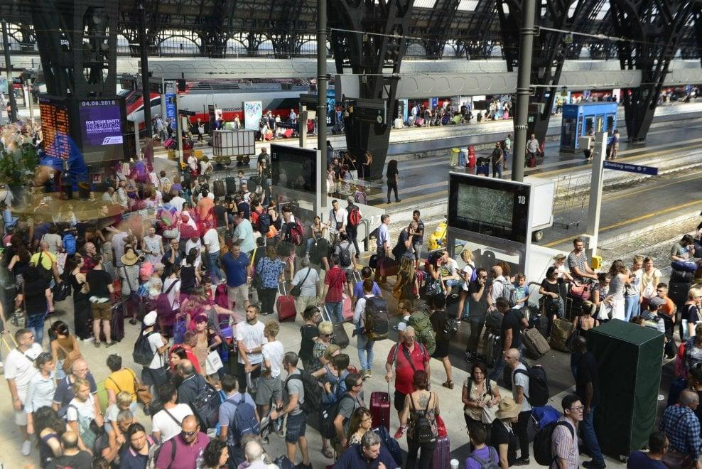 Milano, via all'esodo estivo: la stazione Centrale presa d'assalto