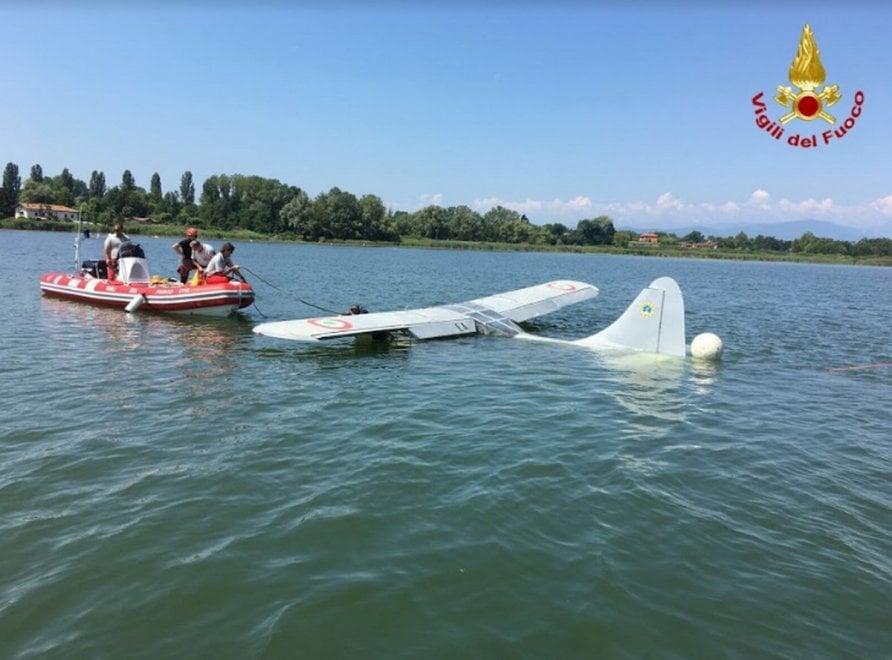 Aereo da turismo precipitato nel lago di Varese: il recupero dei vigili del fuoco