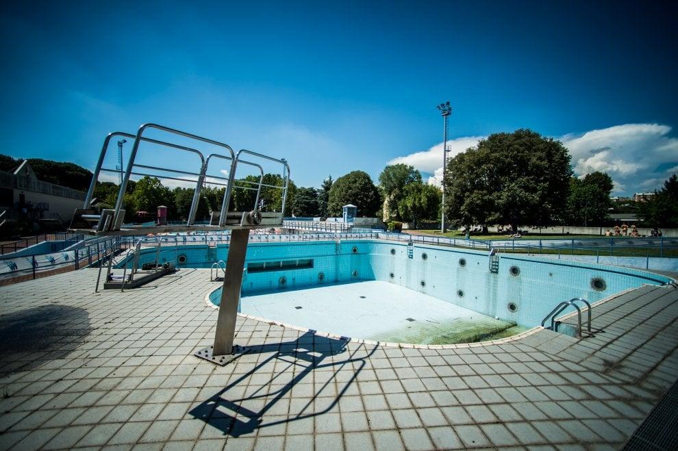 Milano dalle periferie al centro: ad Affori piscine azzurre e piscine vuote, scorcio per una foto