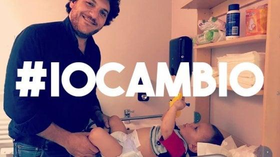 Il fasciatoio nei bagni degli uomini, sui social parte la campagna #Iocambio: foto di papà alle prese coi pannolini