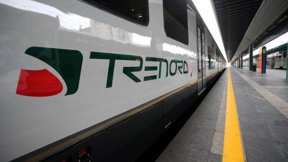 """Annuncio razzista sul treno, sui social insulti al passeggero che ha denunciato: """"Radical chic, portali a casa tua i reietti"""""""