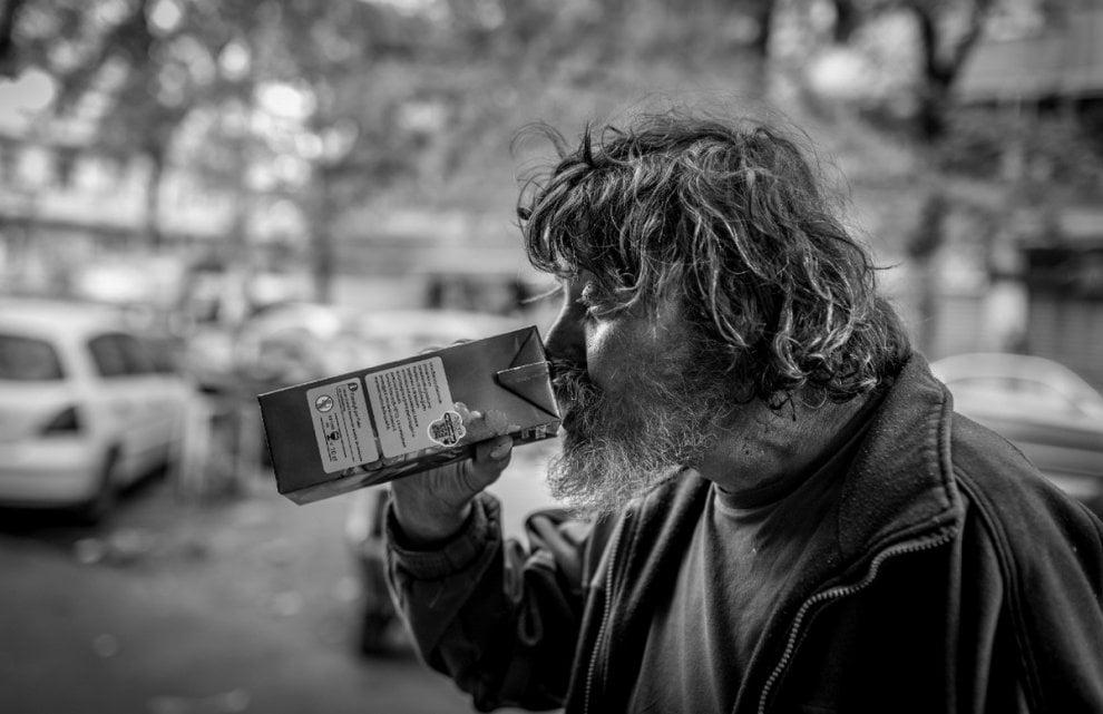 Volti, gesti, dettagli: a Milano in mostra la vita quotidiana dei senzatetto
