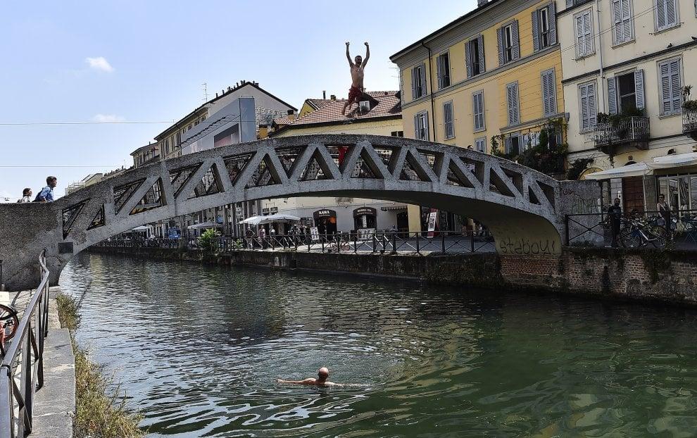 Milano: un tuffo nei Navigli per combattere caldo e afa