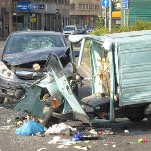 Milano, Piazzale Loreto: auto si schianta contro una Ape Car, un ferito gravissimo