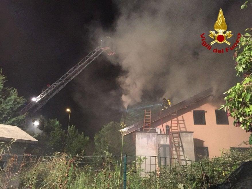 In fiamme il tetto di una villa nel Milanese, vigili del fuoco al lavoro per tutta la notte