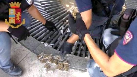 Spaccio in stazione Centrale a Milano, la droga nascosta nelle grate di piazza Duca d'Aosta: arrestato 23enne