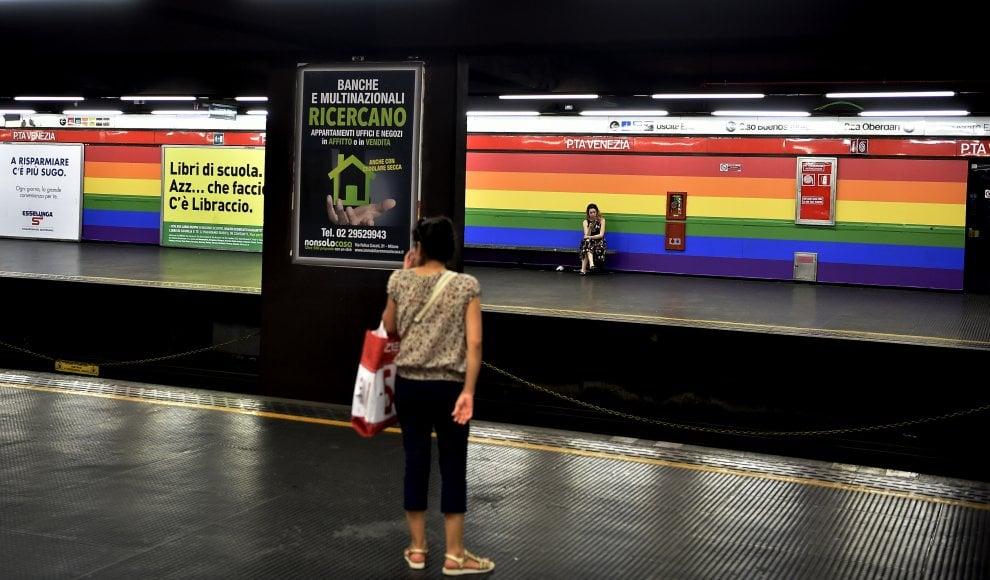 Metrò, Porta Venezia diventa fermata arcobaleno: l'allestimento per il Milano Pride diventa permanente