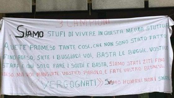 """""""Stufi di vivere in questa struttura di m."""": cosa c'è dietro lo striscione dei profughi nell'hotel sul Garda"""