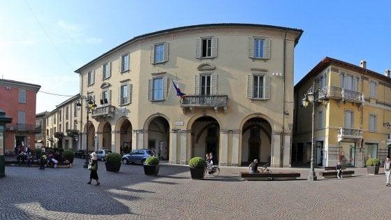 Bergamo, lasciano i figli di 7 e 5 anni in auto per andare in municipio, genitori denunciati per abbandono di minori