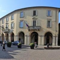 Bergamo, lasciano i figli di 7 e 5 anni in auto per andare in municipio,