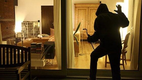 """Furti in casa, """"niente foto dalle vacanze sui social"""": i consigli di polizia e amministratori di condominio"""