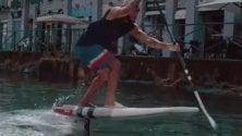 Show del campione di  kitesurf Airton Cozzolino  sui Navigli: il test  con la tavola pinnata