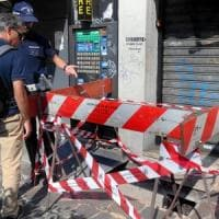 Cede grata in strada a Milano, 76enne precipita per due metri: grave ma