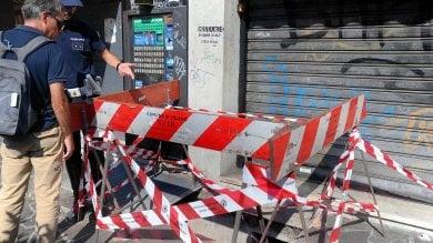 Cede grata in strada, 76enne precipita  per due metri: è grave ·   le immagini