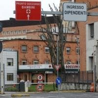 Brescia, la dimettono dall'ospedale: partorisce in casa da sola due ore