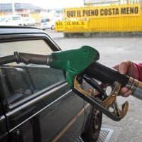 Come un attore si finge benzinaio, incassa e fugge coi soldi degli automobilisti