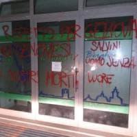 Scritte con minacce e insulti alla sede della Lega di Bergamo, Calderoli:
