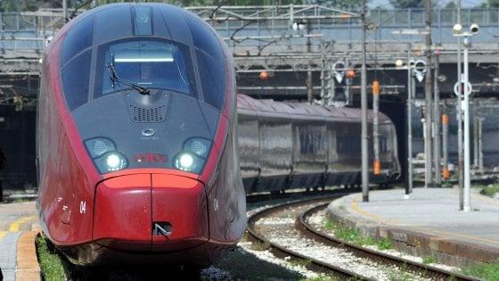 """Lodi, treno Italo si guasta sulla linea dell'Alta Velocità. I passeggeri: """"Bloccati per ore senza aria condizionata"""""""