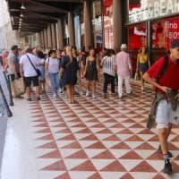 Milano, borseggiatrice arrestata in corso Vittorio Emanuele con le mani nella borsa di una poliziotta