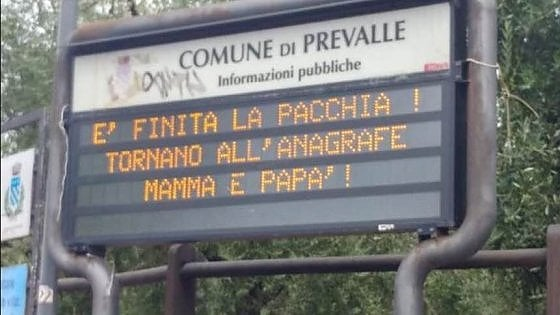 Brescia: il cartello luminoso anti-gender scatena un'ondata di proteste sui social