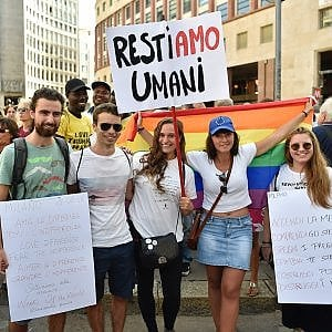 """L'incontro tra Salvini e Orban: il """"no"""" in piazza San Babila della Milano dell'accoglienza"""