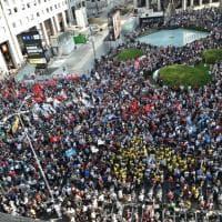 Milano, in migliaia al presidio di protesta in San Babila contro il vertice Salvini-Orban