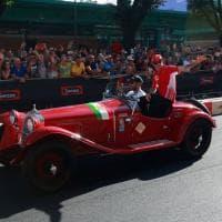 Milano, in Darsena Sebastian Vettel apre la sfilata delle auto d'epoca