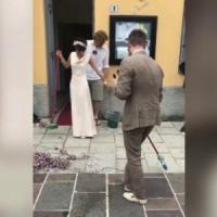Lecco, la lezione di civiltà degli sposini tedeschi: dopo il sì puliscono il piazzale con le scope