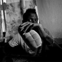 Milano, in mostra gli scatti delle storie dei migranti nell'hotel a una stella