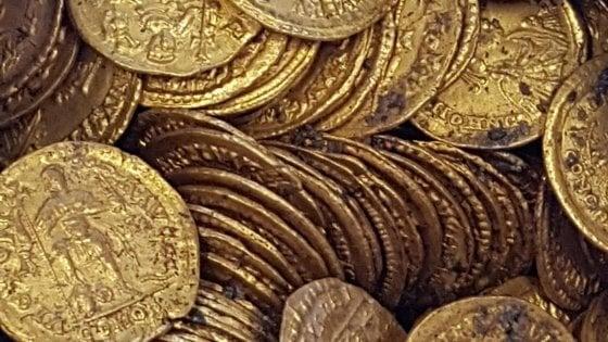 Como: trovato antico tesoro romano, nel centro storico un'anfora con monete d'oro per milioni
