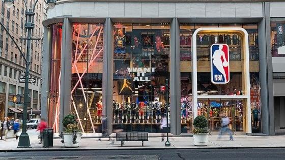 Basket, l'Nba apre a Milano il suo primo negozio in Europa