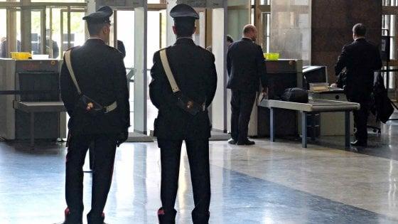 Spruzza spray al peperoncino in faccia al vigilantes del tribunale di Milano: bloccato