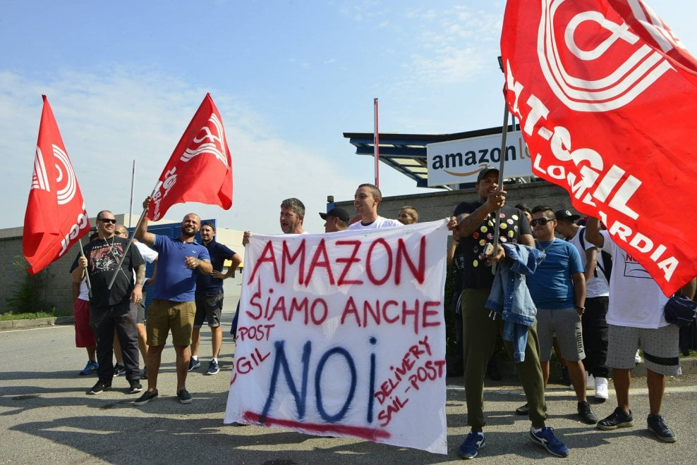 Amazon, scioperano i corrieri lombardi: il presidio in via Toffetti