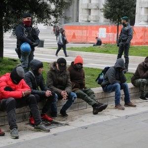 Milano, spacciatore preso in stazione Centrale: tenta di mangiare la droga