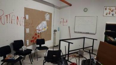 Vandali alla scuola che aiuta gli stranieri:  scritte razziste e pro-Salvini nelle aule  Foto