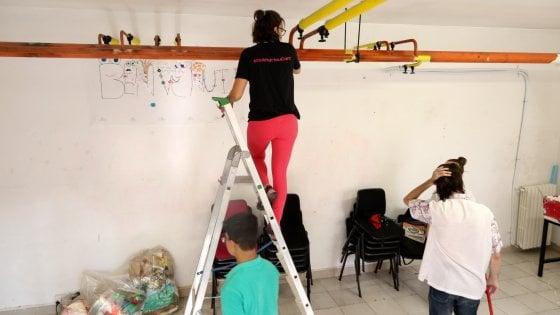 Scuola vandalizzata a Milano: grandi e piccoli volontari puliscono le classi