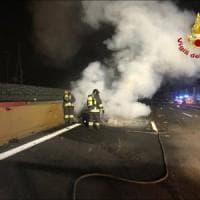 Tragico incidente sulla A4: scappa dall'auto in fiamme e viene travolto