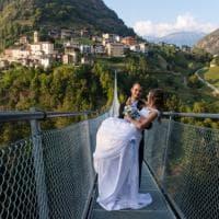 """Sondrio, il ponte tibetano più alto d'Europa """"apre"""" in anteprima: è tutto per gli sposi"""