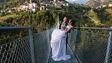"""Sondrio: il ponte tibetano più alto d'Europa """"apre"""" in anteprima per gli sposi"""