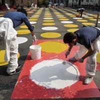 Milano, una piazza tutta a pois: il maxi Twister dei volontari a Dergano