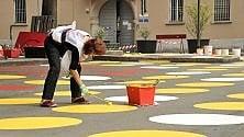 Una piazza tutta a pois:  il maxi Twister  dei volontari a Dergano
